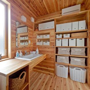 Idéer för att renovera ett orientaliskt toalett, med bruna väggar, mellanmörkt trägolv och brunt golv