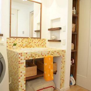 Idee per un bagno di servizio nordico con nessun'anta, piastrelle arancioni, piastrelle bianche, piastrelle gialle, piastrelle a mosaico, pareti bianche, pavimento in terracotta, lavabo sottopiano e top piastrellato