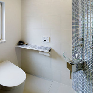 他の地域のコンテンポラリースタイルのおしゃれなトイレ・洗面所 (白い壁、白い床) の写真