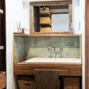 Свежая идея для дизайна: туалет среднего размера в стиле рустика с открытыми фасадами, фасадами цвета дерева среднего тона, зеленой плиткой, керамической плиткой, белыми стенами, врезной раковиной, столешницей из дерева, коричневой столешницей, полом из винила и серым полом - отличное фото интерьера