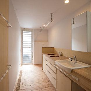 横浜の北欧スタイルのおしゃれなトイレ・洗面所 (フラットパネル扉のキャビネット、淡色木目調キャビネット、白い壁、淡色無垢フローリング、木製洗面台、ベージュの床、ベージュのカウンター) の写真