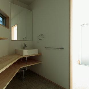 Diseño de aseo de estilo zen, pequeño, con armarios abiertos, paredes blancas, suelo de baldosas de cerámica, encimera de madera, suelo gris y encimeras beige