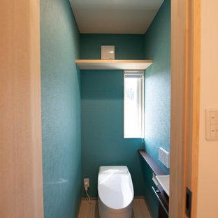 Ispirazione per un grande bagno di servizio minimalista con WC a due pezzi, pareti verdi, pavimento in terracotta, pavimento beige, soffitto in carta da parati e carta da parati