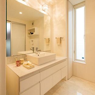 Foto de aseo asiático con armarios con paneles lisos, puertas de armario blancas, paredes blancas, suelo de mármol, lavabo sobreencimera, suelo beige y encimeras blancas