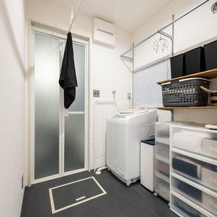 Неиссякаемый источник вдохновения для домашнего уюта: туалет в восточном стиле с серыми стенами и черным полом