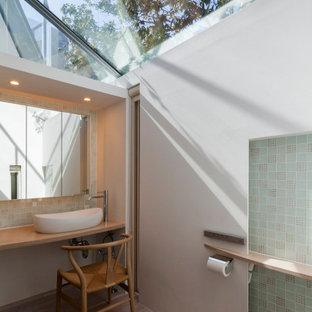 Aménagement d'un WC et toilettes moderne avec des portes de placard en bois clair, un WC à poser, un carrelage multicolore, un carrelage en pâte de verre, un mur blanc, un sol en contreplaqué, une vasque, un plan de toilette en bois, un sol beige, un plan de toilette beige, meuble-lavabo encastré, un plafond en lambris de bois et du lambris de bois.