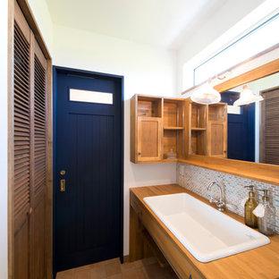 Ejemplo de aseo de estilo zen con baldosas y/o azulejos beige, paredes blancas, lavabo de seno grande, suelo de baldosas de terracota, puertas de armario de madera oscura y armarios con paneles lisos