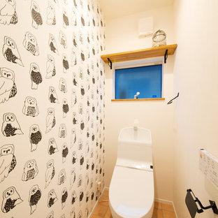 Esempio di un bagno di servizio country con WC monopezzo, pareti bianche e pavimento in terracotta