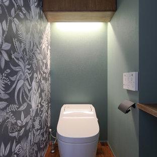 他の地域のモダンスタイルのおしゃれなトイレ・洗面所 (マルチカラーの壁、無垢フローリング、茶色い床) の写真