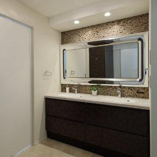 Ejemplo de aseo tradicional, de tamaño medio, con armarios con paneles lisos, puertas de armario marrones, baldosas y/o azulejos beige, suelo vinílico, encimera de acrílico, suelo blanco, paredes blancas y lavabo integrado