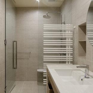 Стильный дизайн: туалет в стиле модернизм с открытыми фасадами, белыми фасадами, бежевой плиткой, керамической плиткой, бежевыми стенами, полом из керамической плитки, врезной раковиной, столешницей из искусственного камня, бежевым полом и белой столешницей - последний тренд