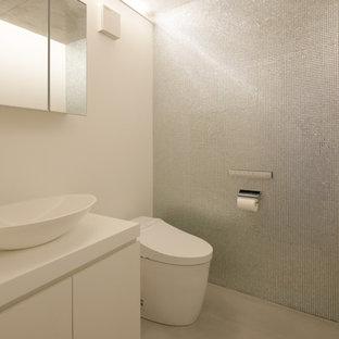 他の地域のトラディショナルスタイルのおしゃれなトイレ・洗面所 (インセット扉のキャビネット、白いキャビネット、人工大理石カウンター、白い洗面カウンター) の写真