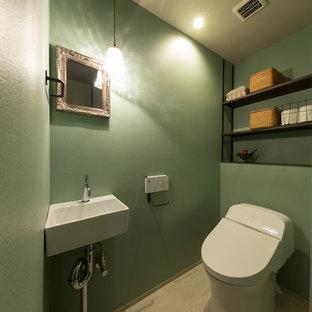 Idées déco pour un WC et toilettes classique avec un mur vert et un sol beige.
