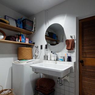 他の地域のインダストリアルスタイルのおしゃれなトイレ・洗面所 (白い壁、壁付け型シンク、グレーの床) の写真