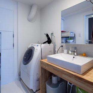 他の地域のモダンスタイルのおしゃれなトイレ・洗面所 (オープンシェルフ、白い壁、ベッセル式洗面器、木製洗面台、白い床、ブラウンの洗面カウンター) の写真