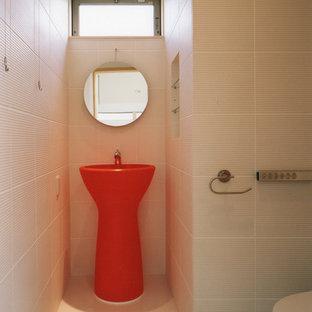 他の地域の中サイズのモダンスタイルのトイレ・洗面所の画像 (一体型トイレ、白いタイル、磁器タイル、ベージュの壁、ペデスタルシンク、ベージュの床、セラミックタイルの床)