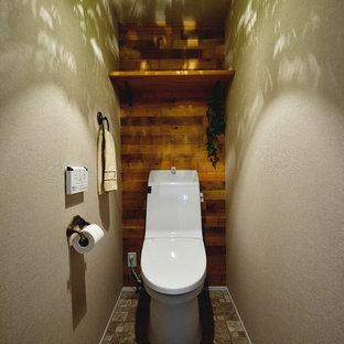 東京都下の北欧スタイルのおしゃれなトイレ・洗面所 (茶色い壁、茶色い床) の写真
