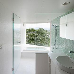 Idee per un bagno di servizio moderno con piastrelle bianche, piastrelle a mosaico e pavimento in cemento