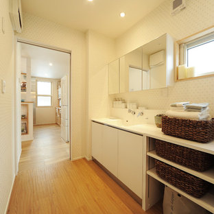 他の地域のカントリー風おしゃれなトイレ・洗面所 (白い洗面カウンター) の写真