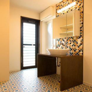 На фото: туалет в стиле ретро с белыми стенами, настольной раковиной и разноцветным полом