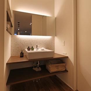 他の地域の中サイズのラスティックスタイルのおしゃれなトイレ・洗面所 (白い壁、無垢フローリング、ベッセル式洗面器、木製洗面台、茶色い床) の写真