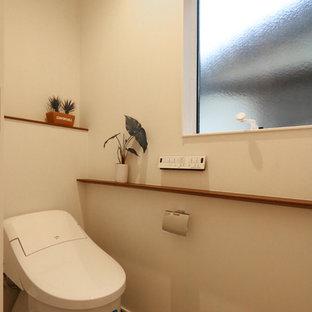 他の地域の中サイズのラスティックスタイルのおしゃれなトイレ・洗面所 (白い壁) の写真