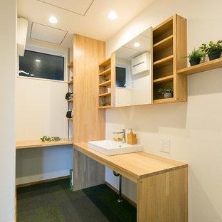 Diseño de aseo industrial, de tamaño medio, con paredes blancas, suelo vinílico y suelo verde