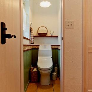 Foto di un piccolo bagno di servizio mediterraneo con pavimento in terracotta e pavimento marrone