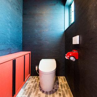 他の地域のインダストリアルスタイルのおしゃれなトイレ・洗面所 (黒い壁、茶色い床) の写真