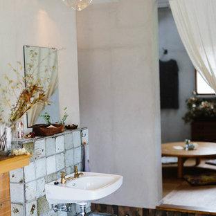 Diseño de aseo asiático, pequeño, con baldosas y/o azulejos blancos, paredes grises, suelo de cemento y suelo gris