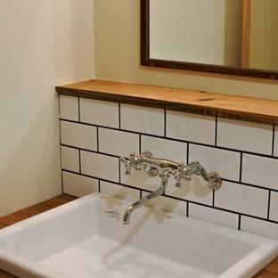 Diseño de aseo asiático, pequeño, con baldosas y/o azulejos blancos, baldosas y/o azulejos de porcelana, paredes blancas, lavabo bajoencimera, suelo beige y encimeras beige