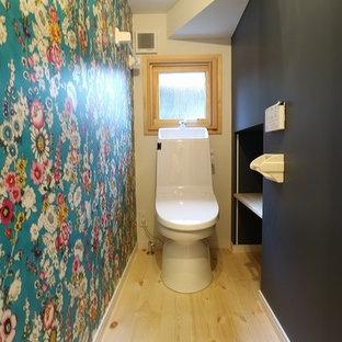 Foto de aseo de estilo zen con armarios abiertos, puertas de armario negras, paredes multicolor, encimera de madera y suelo de madera clara