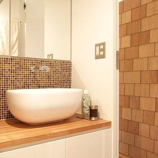 Idee per un piccolo bagno di servizio con ante lisce, ante bianche, piastrelle rosse, piastrelle a mosaico, lavabo a bacinella e top in legno