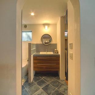 Свежая идея для дизайна: туалет среднего размера в средиземноморском стиле с фасадами островного типа, коричневыми фасадами, унитазом-моноблоком, белой плиткой, плиткой мозаикой, белыми стенами, полом из керамической плитки, врезной раковиной, столешницей из плитки, бирюзовым полом и белой столешницей - отличное фото интерьера