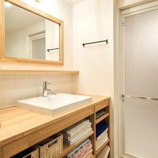 他の地域の北欧スタイルのおしゃれなトイレ・洗面所 (オープンシェルフ、中間色木目調キャビネット、白いタイル、磁器タイル、白い壁、クッションフロア、グレーの床) の写真