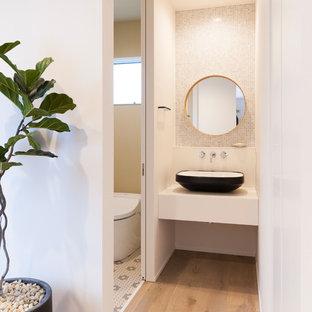 他の地域のモダンスタイルのトイレ・洗面所の画像 (白い壁、淡色無垢フローリング、ベッセル式洗面器、ベージュの床)