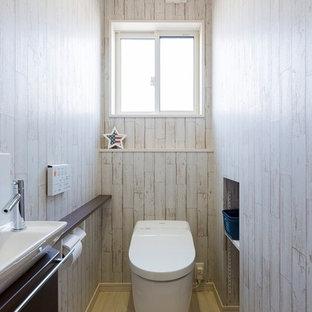 他の地域のカントリー風おしゃれなトイレ・洗面所 (ベージュの壁、ベッセル式洗面器、ベージュの床) の写真