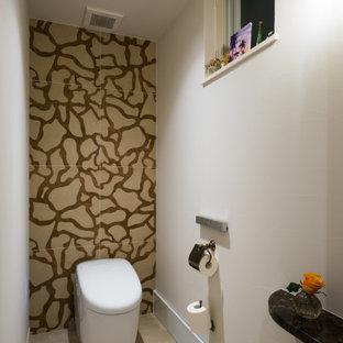 На фото: маленькие туалеты в скандинавском стиле с фасадами с утопленной филенкой, белыми фасадами, оранжевой плиткой, плиткой мозаикой, бежевыми стенами, полом из керамической плитки, накладной раковиной, мраморной столешницей, серым полом и белой столешницей
