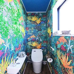 他の地域のトロピカルスタイルのおしゃれなトイレ・洗面所 (マルチカラーの壁、無垢フローリング、コンソール型シンク、茶色い床) の写真