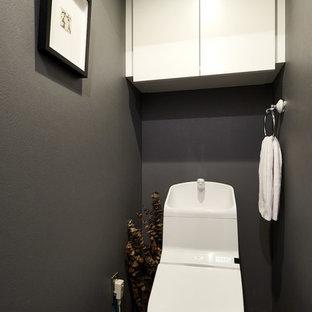 Пример оригинального дизайна: туалет в стиле лофт с черными стенами, полом из винила и серым полом