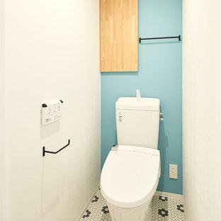 他の地域の北欧スタイルのおしゃれなトイレ・洗面所 (マルチカラーの壁、マルチカラーの床) の写真