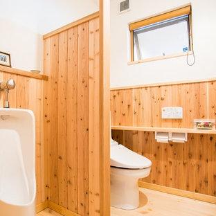 Идея дизайна: туалет в восточном стиле с писсуаром, белыми стенами и светлым паркетным полом