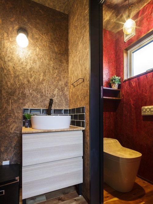 g stetoilette g ste wc mit braunem holzboden und schwarzen fliesen ideen f r g stebad und. Black Bedroom Furniture Sets. Home Design Ideas
