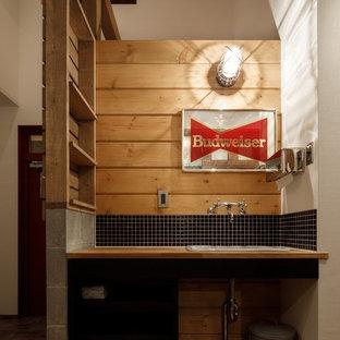 他の地域のビーチスタイルのおしゃれなトイレ・洗面所 (白い壁、無垢フローリング、オーバーカウンターシンク、木製洗面台、ベージュの床) の写真