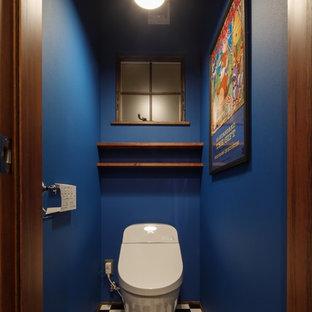 他の地域のトロピカルスタイルのおしゃれなトイレ・洗面所 (青い壁、マルチカラーの床) の写真