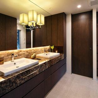 東京23区のミッドセンチュリースタイルのおしゃれなトイレ・洗面所 (フラットパネル扉のキャビネット、濃色木目調キャビネット、白い壁、オーバーカウンターシンク、大理石の洗面台、グレーの床) の写真