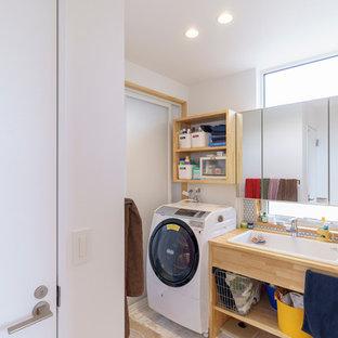 На фото: маленькие туалеты в современном стиле с открытыми фасадами, светлыми деревянными фасадами, белой плиткой, плиткой мозаикой, белыми стенами, полом из фанеры, накладной раковиной, столешницей из дерева и коричневым полом