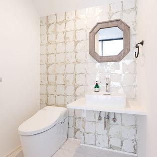 Inspiration för ett mellanstort funkis vit vitt toalett, med öppna hyllor, vita skåp, en toalettstol med hel cisternkåpa, vita väggar, plywoodgolv, ett fristående handfat, bänkskiva i akrylsten, vitt golv, vit kakel och porslinskakel