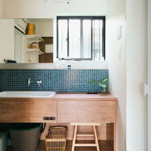 名古屋のアジアンスタイルのおしゃれなトイレ・洗面所 (フラットパネル扉のキャビネット、ヴィンテージ仕上げキャビネット、白い壁、オーバーカウンターシンク、木製洗面台) の写真