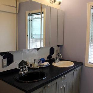 Идея дизайна: туалет среднего размера в стиле шебби-шик с фасадами с утопленной филенкой, серыми фасадами, черно-белой плиткой, черной плиткой, стеклянной плиткой, фиолетовыми стенами и накладной раковиной